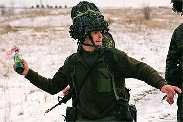 Un soldado lanzando un cóctel molotov