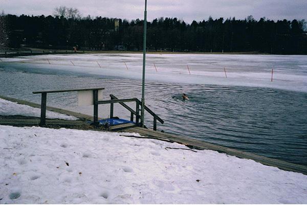Hombre nada en un lago congelado